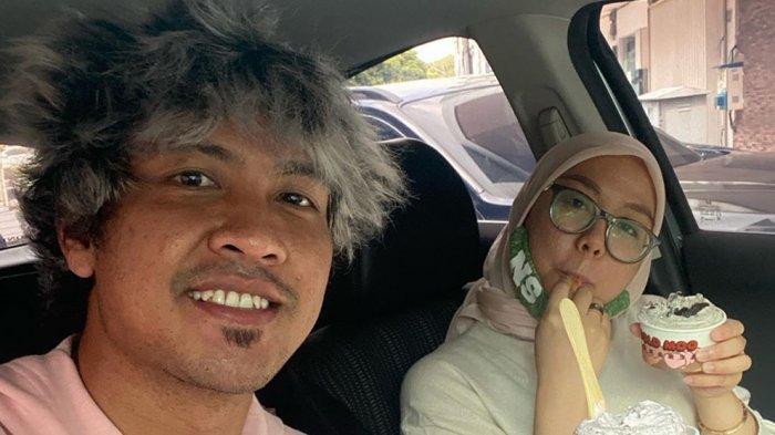 Jajang Mulyana bersama istrinya meknikmati ice cream dalam mobil