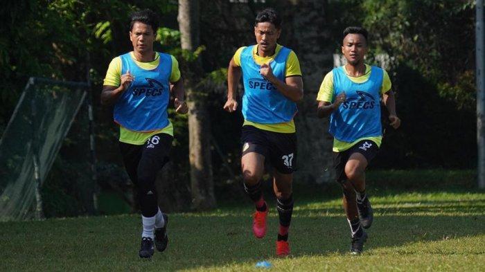 Berlatih dan berlari bersama Achmad Juprianto dan M. Hargianto sebelum Liga 1 dipastikan ditunda hingga bulan Februari 2021