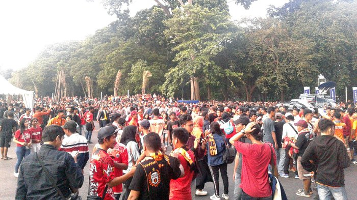 Jakmania Bertiket Mulai Memasuki Kawasan Stadion Utama Gelora Bung Karno