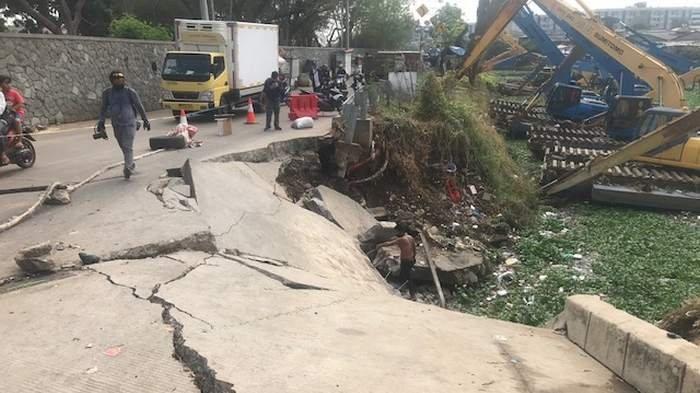 Jalan Inspeksi Waduk Pluit Amblas Sepanjang 30 Meter