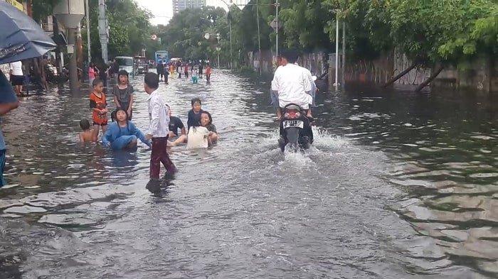 Jalan Angkasa Kemayoran Banjir Sejak Subuh, Kata Warga Drainase Buruk Tak Berubah Sejak 2007