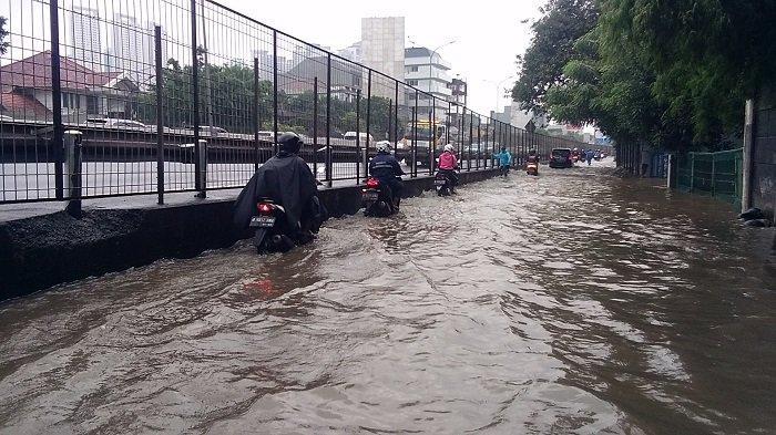 UPDATE Banjir Jakarta: Jalan Arjuna Selatan Jakarta Barat Banjir, Kemacetan Tidak Terhindarkan