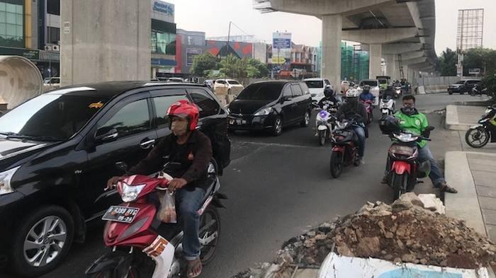 Arus Lalin Kendaraan di Jalan Boulevard Barat Raya Ramai Lancar