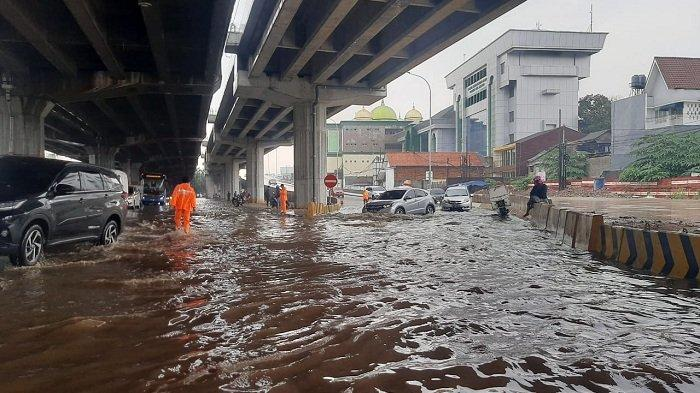 Diguyur Hujan Deras Setengah Jam, Ruas Jalan DI Panjaitan Banjir 50 Sentimeter