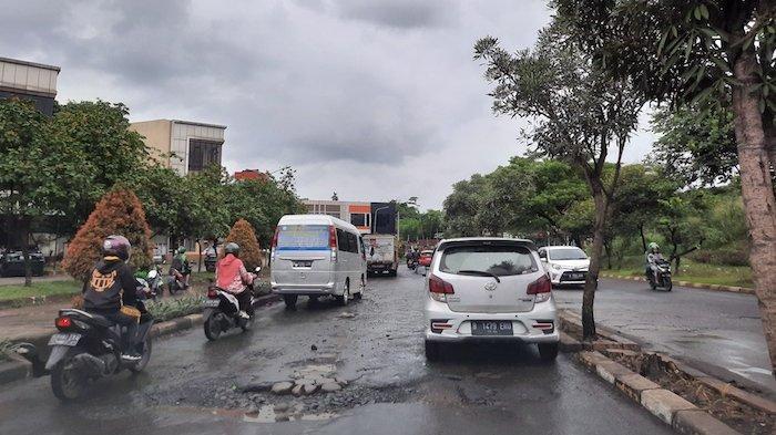 Jalan di Grand Depok City Rusak Lagi, Warga Harap Pemkot Segera Perbaiki Sebelum Ada Korban
