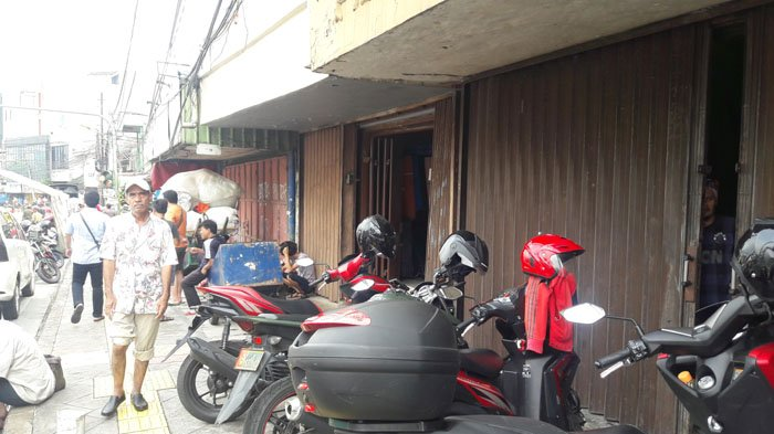 Banjir Putuskan Jalan Jatinegara Barat, Aktivitas Perekonomian Terganggu