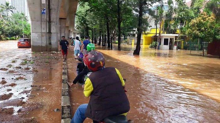 VIDEO: Komplek Elit Pulomas Terendam Banjir, Jalan Kayu Putih Tergenang