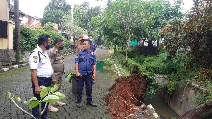 3 Tanah Longsor Terjadi di Depok Dalam Sehari, Akibat Hujan Lebat?