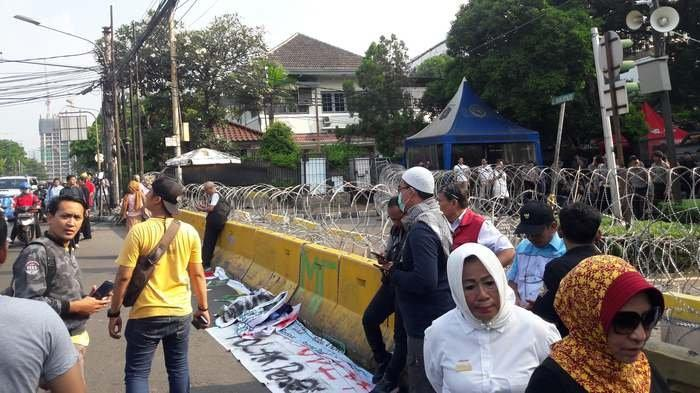Jalan Menuju KPU RI Diblokir, Arus Lalu Lintas Ramai Lancar