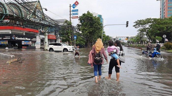 VIDEO Diguyur Hujan Semalaman, 11 RT di Kawasan Kedoya Utara Kebon Jeruk Terendam Banjir