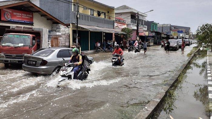 VIDEO: Hujan Berhenti, Jalan Pejuang Jaya Masih Tergenang Banjir, Macet Hingga Satu Kilometer