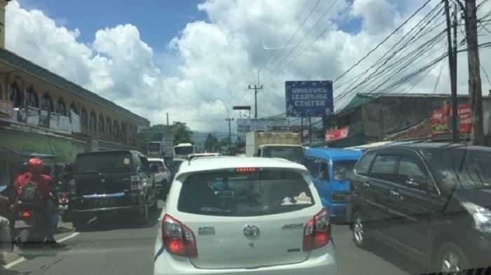 Jalan Raya Puncak Macet Parah, Ramainya Pasar Cisarua Jelang Bulan Ramadan Tidak Diantisipasi