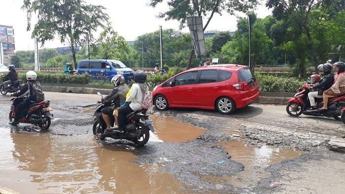 Diguyur Hujan Deras, Jalan Kalimalang Rusak Parah