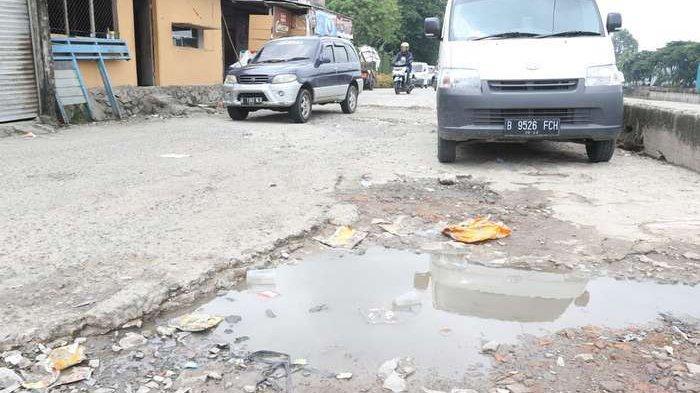 BERITA FOTO: Jalan Inspeksi Kali Mookervart Rusak Parah, Warga Minta Diperbaiki