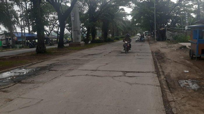 Akses jalan di Kota Tangerang menuju Bandara Internasional Soekarno-Hatta kondisinya semakin memprihatinkan.