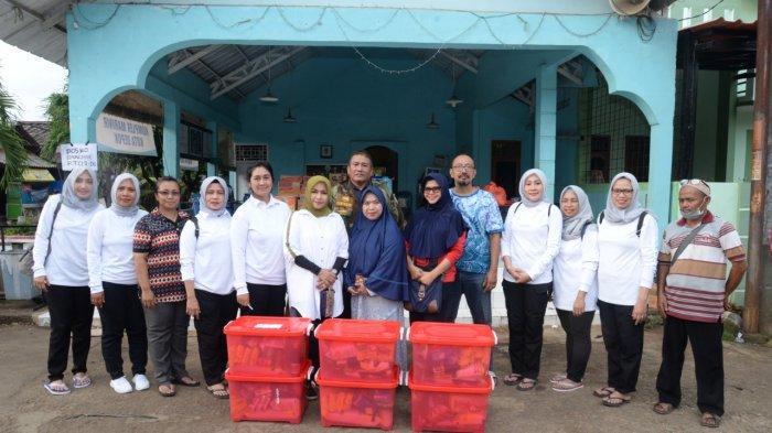 Jalasenastri Korps Marinir Beri Bantuan Pada Korban Banjir
