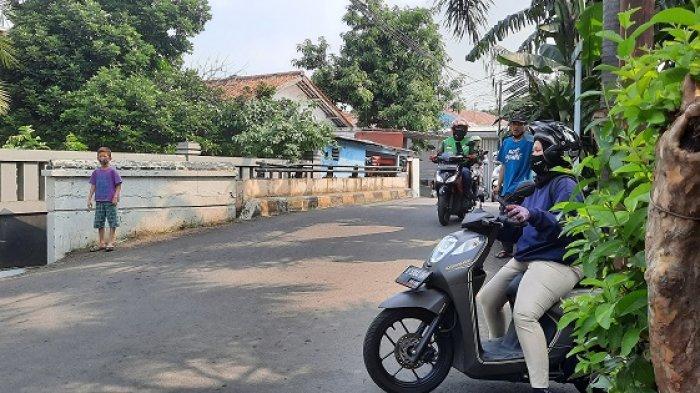 Jlur alternatif menghindari penyekatan PPKM darurat di Pasar Rebo, Jakarta Timur semakin ramai dilalui pengguna jalan karena tidak dijaga aparat.