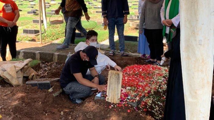 Jenazah Jane Shalimar dimakamkan menggunakan protokol penanganan Covid-19 di TPU Jeruk Purut, Jakarta Selatan, Minggu (4/7/2021) siang. Jane Shalimar meninggal dunia akibat Covid-19 dan asma akut, Minggu pagi.