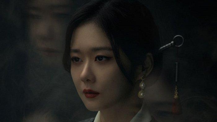 Jang Nara saat adegan dalam drama Korea Sell Your Haunted House. Dia berperan sebagai pemilik agen Daebak Real Estate sekaligus pengusir setan dan roh jahat. Drama Korea ini bakal mulai tayang 14 April 2021.