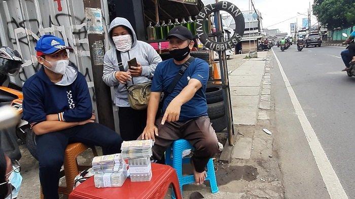 Kisah Penukar Uang Jalanan Jelang Hari Raya Lebaran 2021 di Ciputat, Pecahan Rp 5.000 Paling Laris