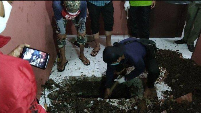 Proses penggalian lubang yang diduga berisi jasad manusia di dalam kontrakan Jalan Kopral Daman, Sawangan, Rabu (18/11/2020).