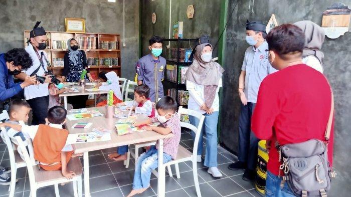 Asuransi Jasindo, bekerja sama dengan Yayasan Bangun Kecerdasan Bangsa (YBKB) membangun sebuah taman baca di Desa Cibadak, Kecamatan Banjarsari, Kabupaten Ciamis, Jawa Barat, Senin (26/4/2021).