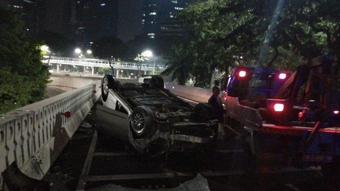 Sopir Honda Jazz Terbalik di Simpang Susun Semanggi, Ibu Rumah Tangga