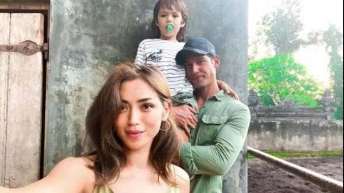 Jessica Iskandar bersama anak dan Richard Kyle, mantan kekasihnya.