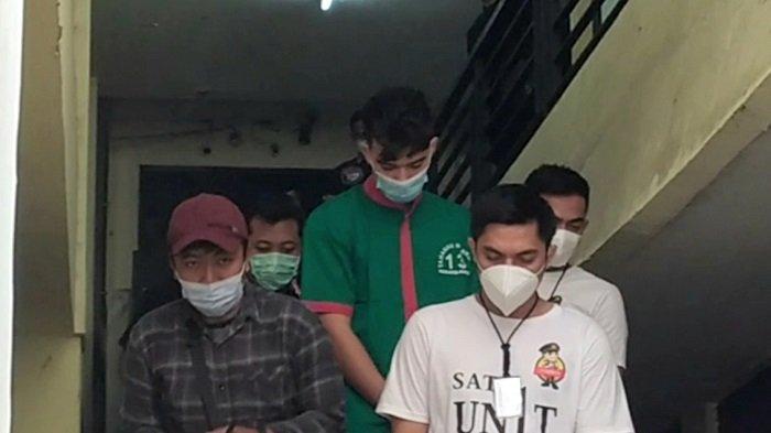 Jeff Smith (berbaju tahanan hijau) di Polres Metro Jakarta Barat, Jumat (16/4/2021). Artis sinetron ini ditangkap atas dugaan penyalahgunaan narkoba jenis ganja di Jagakarsa, Jakarta Selatan, Kamis (15/4/2021).