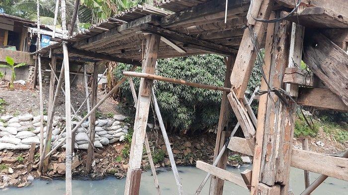 Lina Kerap Terpeleset saat Melintas di Jembatan Reyot Kali Sekretaris di Kebon Jeruk