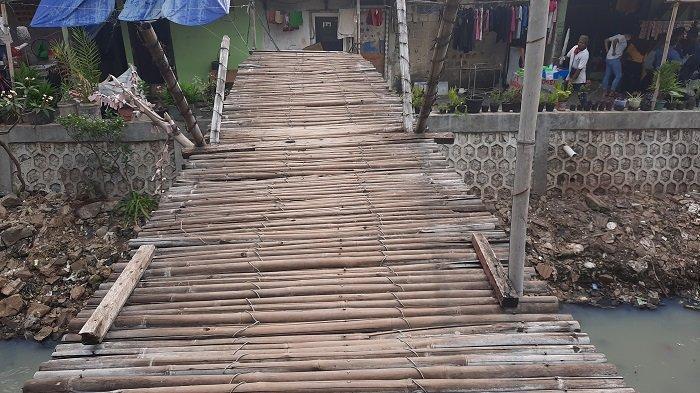 Jembatan kayu di balik gedung apartemen mewah di Kebon Jeruk, Kecamatan Kebon Jeruk, Jakarta Barat, Kamis (10/6/2021).