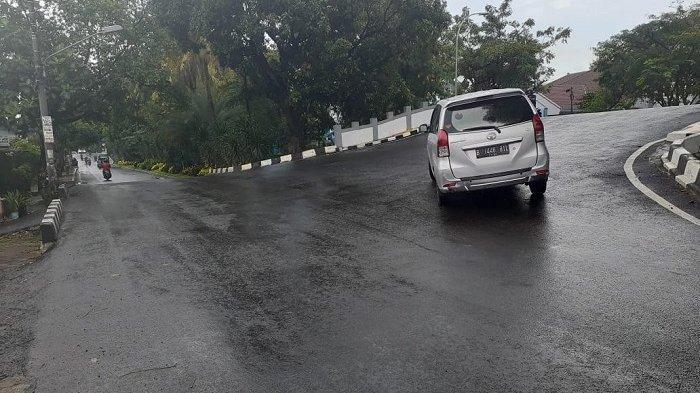 Hati-hati Kecelakaan, Jembatan Teletabis Kota Tangerang Licin Akibat Diguyur Hujan