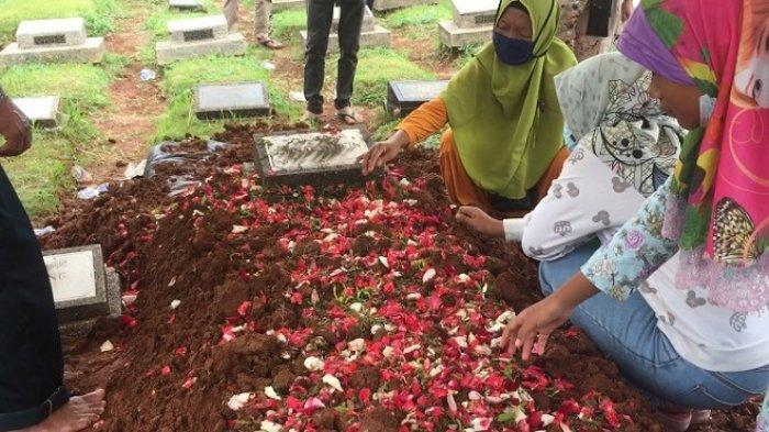 Isak Tangis Keluarga Mengiringi Prosesi Pemakaman Jenazah Mashuri Korban kebakaran Lapas Tangerang