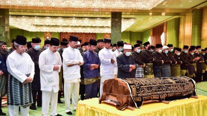 Jenazah Pangeran Azim Saat sedang disalatkan di masjid, Sabtu (24/10)