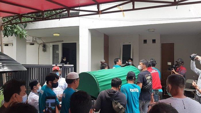 Jenazah legenda timnas Indonesia Ricky Yacobi akan dimakamkan di TPU Tanah Kusir, Jakarta Selatan. Tampak jenazah Ricky Yacobi saat tiba di rumah duka di kawasan Bintaro, Sabtu siang. Isak tangis keluarga dan kerabat menyambut jenazah almrahum.