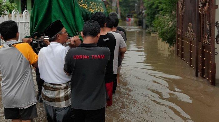 Warga Terpaksa Gotong Jenazah di Tengah Banjir Jakarta