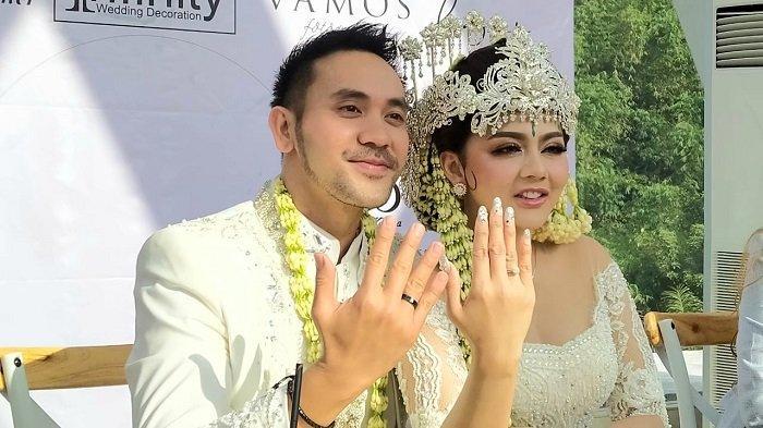 Jenita Janet dan Danu Sofwan menunjukkan cincan kawinya. Mereka resmi menjadi pasangan suami istri setelah melangsungkan akad nikah Bandung, Jawa Barat, Rabu (11/11/2020).