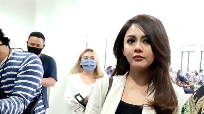 Jenita Janet disela menghadiri gugatan harta gono gini terhadap Alief Hedy Nurmaulid, mantan suaminya, di Pengadilan Agama Bekasi, Jawa Barat, Selasa (4/8/2020).