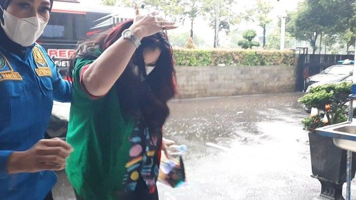 Setelah Diambil Spesimen Rambut, Jennifer Jill Dikembalikan ke Polres Metro Jakarta Barat