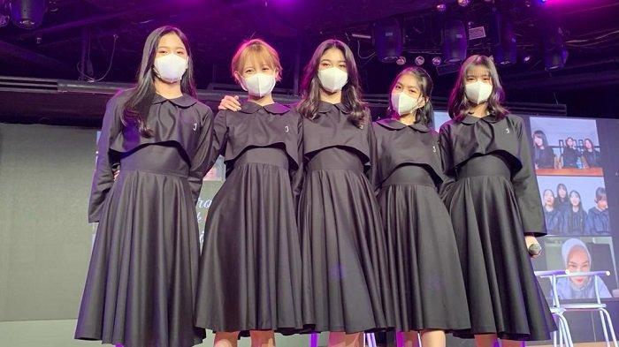 Zahra Nur dikeluarkan setelah diduga membohongi manajemen JKT48 terkait foto mesra dengan pria yang diduga member UN1TY. JKT48 saat jumpa pers peluncuran lagu terbaru berjudul 'Cara Ceroboh untuk Mencinta' di JKT48 Theater, FX Sudirman Jakarta Pusat, Selasa (16/3/2021).