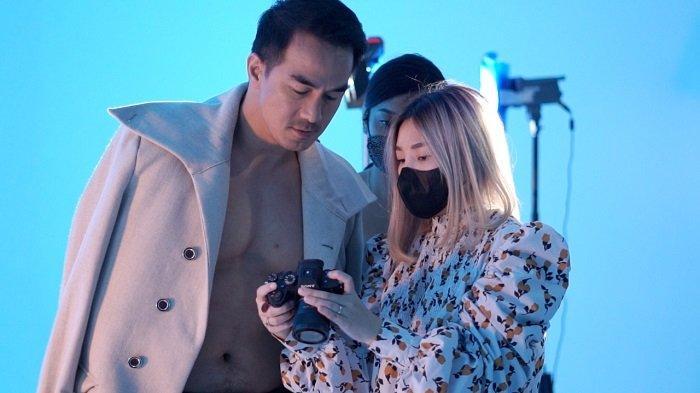 Proses pemotretan aktor laga Joe Taslim yang dilakukan Viviane Jiang untuk Majalah Timid dari Amerika Serikat, di studio Vivienne Jiang, Ciputat, Tangerang Selatan.