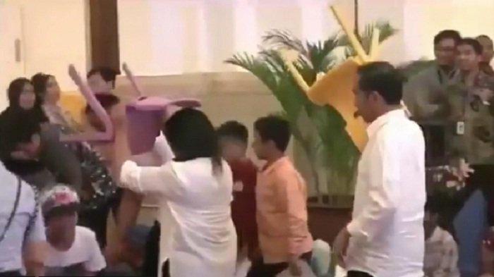 Jokowi Angkat Kursi Sendiri, Netizen Ribut Soal Pencitraan