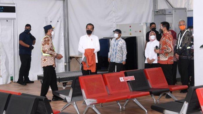 Presiden Joko Widodo beserta Ibu Negara Iriana meninjau perkembangan pembangunan Bandar Udara Jenderal Besar Soedirman di Kabupaten Purbalingga, dalam kunjungan kerjanya ke Provinsi Jawa Tengah, pada Jumat (11/6/2021).