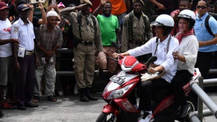 Presiden Jokowi-Ibu Negara Keliling Asmat Naik Motor Berboncengan