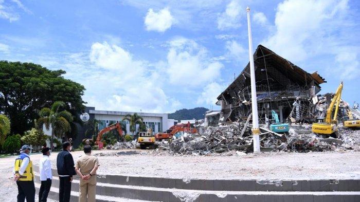 Presiden Joko Widodo memeriksa puing Kantor Gubernur Sulawesi Barat di Kabupaten Mamuju, Selasa (19/1/2021). Bangunan ini hancur akibat gempa magnitudo 6,2 yang mengguncang Kabupaten Mamuju dan Majene pada Jumat (15/1) lalu.