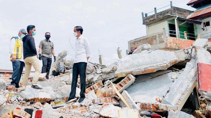 FOTO : Presiden Joko Widodo Tinjau Kantor Gubernur yang Ambruk Naik ke Puing Bangunan