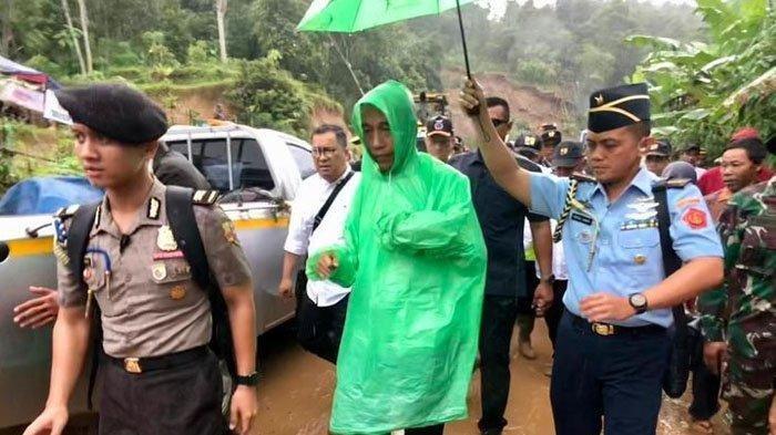 Presiden Jokowi Pakai Jas Hujan Kresek, Kehujanan Saat Mendadak Tinjau Longsor di Sukajaya