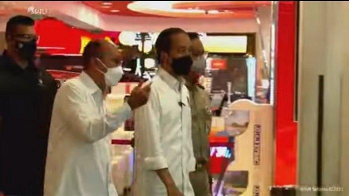 Ditemani Anies Baswedan, Jokowi Meninjau Vaksinasi Covid-19 pada Pedagang di Mall Thamrin City