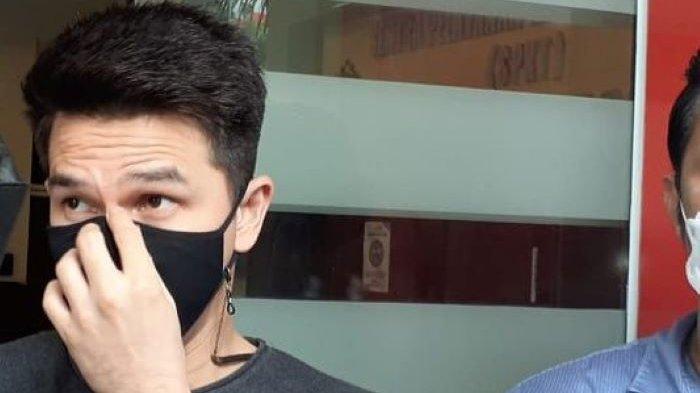 Pemain sinetron Jonatahan Frizzy mendatangi Polres Metro Jakarta Selatan untuk menjalani pemeriksaan lanjutan terkait laporannya terhadap Dhena Devanka, istrinya, Rabu (15/9/2021).