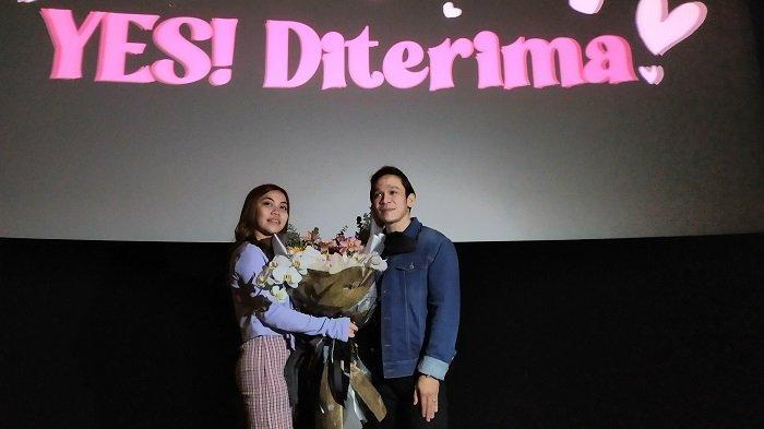 Jordi Onsu dan Frislly Herlind resmi berpacaran. Jordi Onsu menyatakan cintanya kepada Frislly Herlind di bioskop Senayan City, Jakarta Pusat, Senin (22/2/2021).